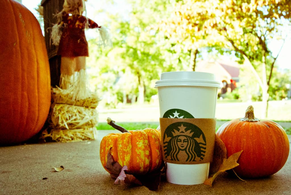 Pumpkin-spice-latte-with-pumpkins